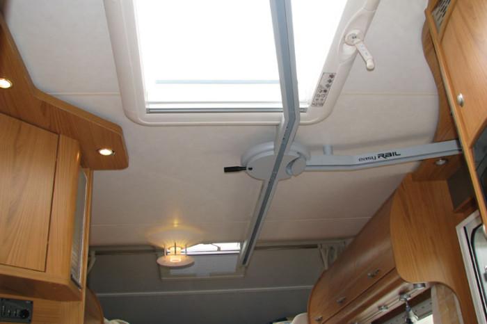 Buestener-Argos747-EasyRail-0006 - Vista del percorso anteriore del binario: notare lo scambio sospeso e le due curve in corrispondenza di porta e oblò panoramico