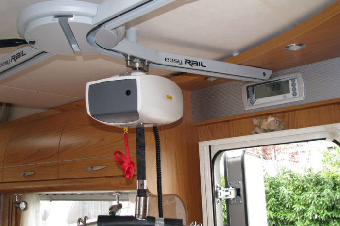 Buestener-Argos747-EasyRail-0008 - l sollevatore in prossimità dello scambio a tre dimensioni posizionato per far passare l'utente verso il posteriore dl veicolo