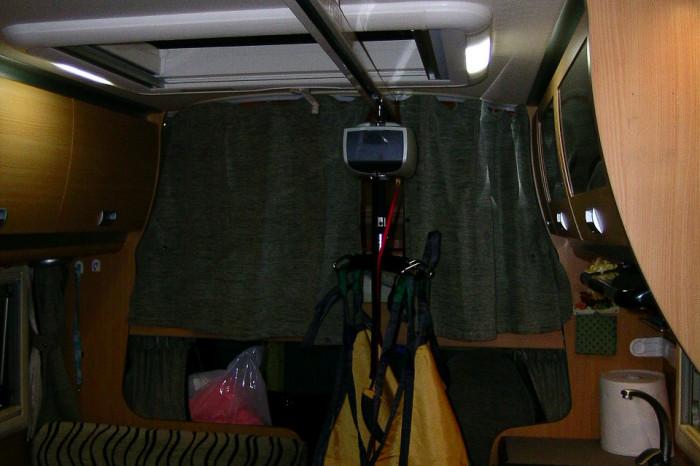 Laika-Keros-EasyRail-0008 - Sollevatore munito di imbragatura posizionato tra la toilette e la cucina