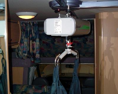 Accesso4 - L'accesso a bordo è facilitato dal telecomando che, azionato dall'assistente o direttamente dall'utente, agisce sul sollevamento dell'imbragatura consentendo un rapido ingresso nella cellula.