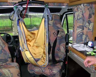 Cabina2 -     L'imbragatura si posiziona perfettamente sopra il sedile passeggero che è stato reso girevole tramite una piastra. Si notino inoltre le bretelle contenitive applicate al sedile utili in quei casi di controllo del tronco non ottimale.