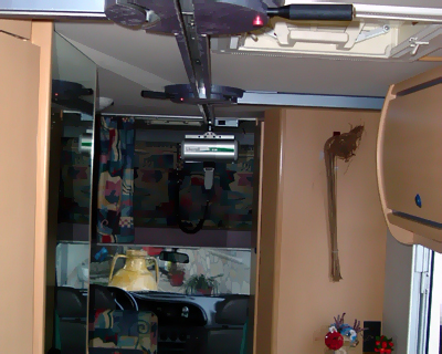Interno1 - L'interno del veicolo dopo l'installazione su cui sono visibili i due scambi di direzione in corrispondenza del bagno e della porta d'accesso.