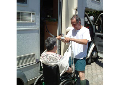Viaggio1 - Alberto, il marito di Antonella, aggancia l'imbracatura alla barra di sollevamento