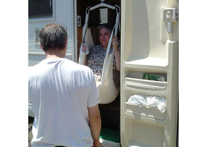 Viaggio3 - Antonella, che vuole utilizzare il telecomando da sola, entra nel camper.