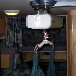 L'accesso a bordo è facilitato dal telecomando che, azionato dall'assistente o direttamente dall'utente, agisce sul sollevamento dell'imbragatura consentendo un rapido ingresso nella cellula.