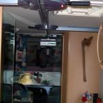 L'interno del veicolo dopo l'installazione su cui sono visibili i due scambi di direzione in corrispondenza del bagno e della porta d'accesso.